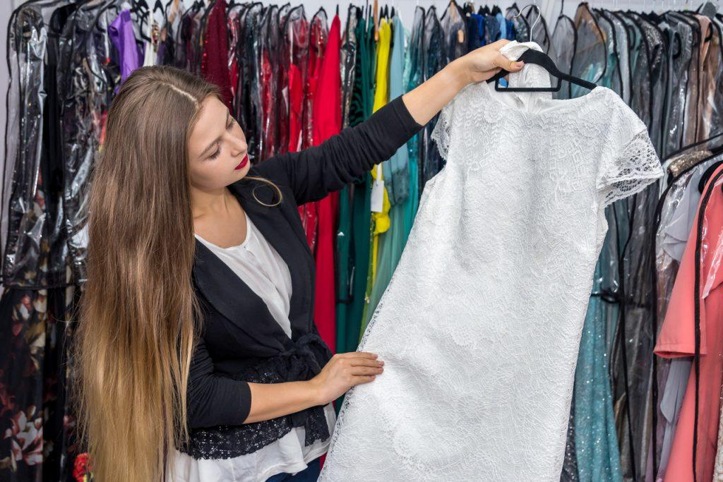 modne kolory i fasony sukienek wieczorowych